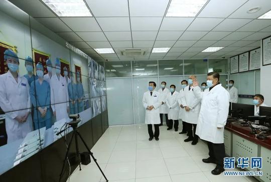 2月10日,习近平来到首都医科大学附属北京地坛医院门诊楼一层运行监控中心,通过监控画面察看患者住院诊疗情况,并视频连线正在病房值班的医务人员。