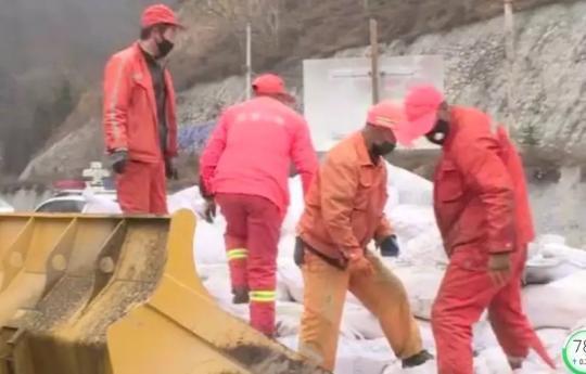 2月28日上午,国道247线景昭路甘肃天水段车流明显增加,在卦台山隧道口,养护人员正在回收防滑砂料。