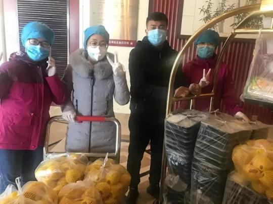 杨晓雨在酒店为援鄂医疗队发餐