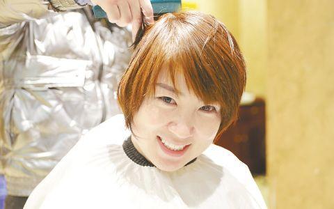 剪去长发依然美丽