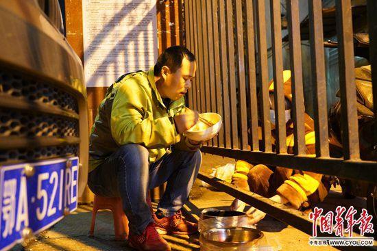 「最赚钱的职业」武汉这位送菜人以车为家待了14天 只为挣钱养家 - 第1张  | 丐帮网赚平台