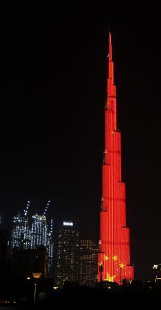 2月2日,在阿联酋迪拜,当地地标建筑物哈利法塔点亮中国国旗图案,为中国抗击新冠肺炎疫情加油。新华社/阿联酋通讯社