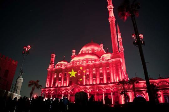 这是3月1日在埃及首都开罗拍摄的萨拉丁城堡。当晚,位于埃及开罗、卢克索、阿斯旺的三大世界文化遗产地以灯光秀的形式同时点亮五星红旗,以此表达埃及政府和人民对中国抗击新冠肺炎疫情的支持。新华社记者 邬惠我 摄