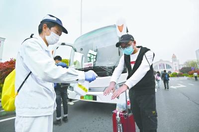 """武汉:大巴车""""点对点""""送复工人员前往工厂及所住小区-阳光在线"""