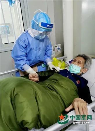 用心治疗用心服务,火神山出院患者与她隔空拥抱