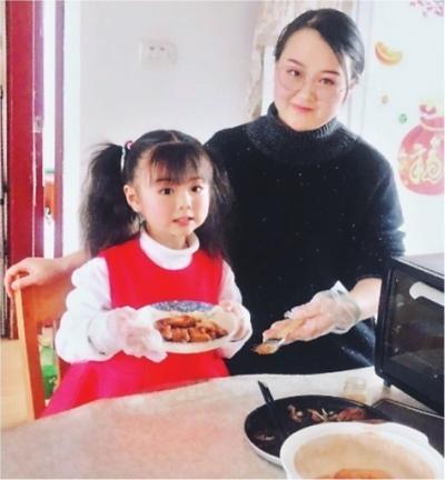 跟妈妈学厨艺 5岁宝宝成美食小主播