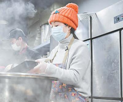 义举暖心:她免费为武汉医务人员送上两万余份热饭