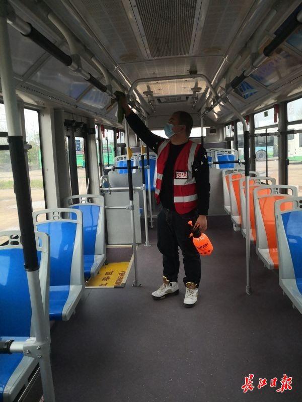 """""""不消毒,不出车"""" 武汉公交车每跑完一趟消毒通风"""