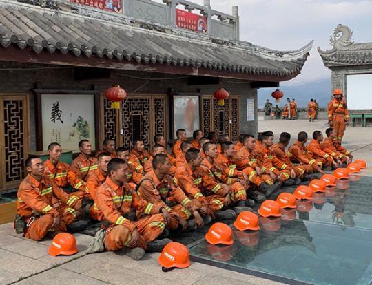 四川西昌泸山唯一现役应急救援队撤下山 清理了300多个烟点