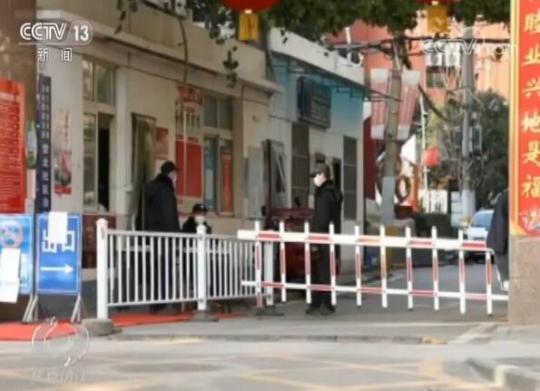 赵峰是营北社区的社区书记,这个社区有1600户居民,其中有19个居民被确诊感染。这让他更觉得肩上的担子沉了不少。为了解决上千户居民最迫切的吃饭问题,社区工作人员紧急建了好几个买菜群,通过预约来备好第二天的菜。
