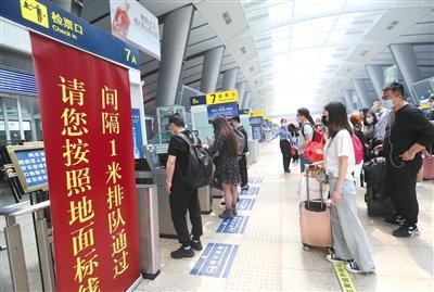 北京南站更換75臺閘機提升出站速度 疫情防控不放松
