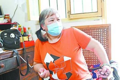 """多次被抢救回来 重生的她用剪纸剪出""""武汉抗疫图"""""""