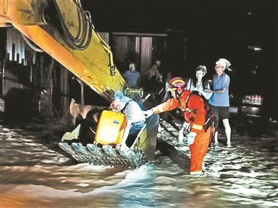 冕宁暴雨灾害 救援人员地毯式搜索