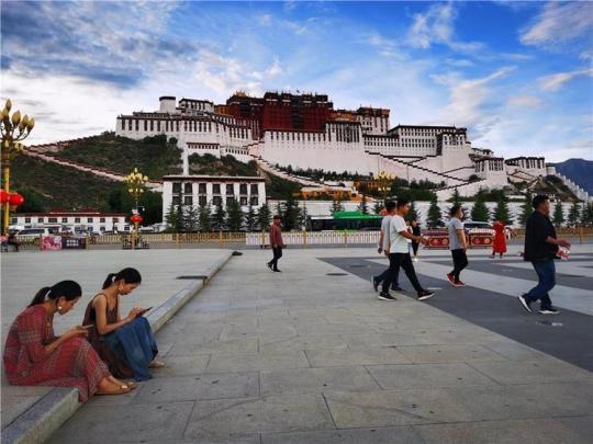 今年上半年西藏接待游客达833万余人次,在全国旅游市场复苏率中排名第一