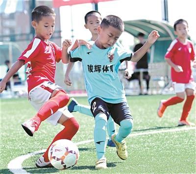青少年足球夏令营10城60队切磋球技 800小将筑梦球王故里