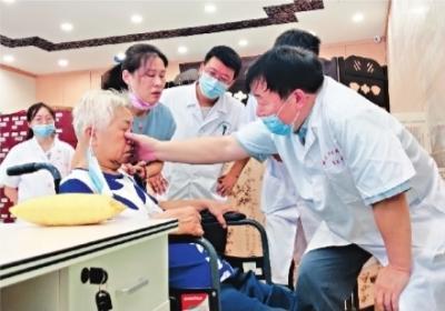 居民在家门口也能看名医 中医名家下沉社区医院坐诊