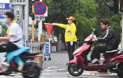非机动车紧靠人行道等灯为行人腾道