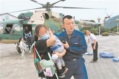 """第77集团军某旅救援机组转运受灾群众见闻:再闯""""水上孤岛"""""""