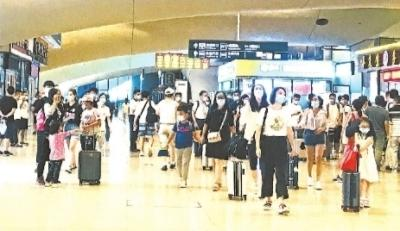 武汉三大火车站客流增长 返校大学生成主流