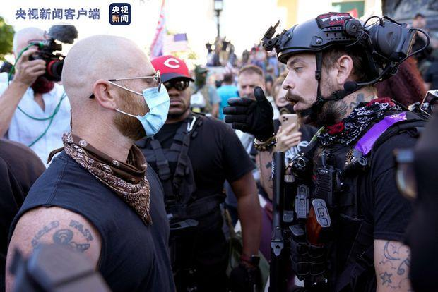 美国肯塔基州发生两派示威者对白