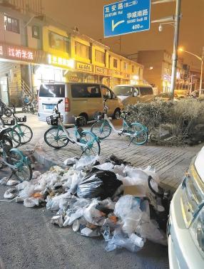 请别忽视路边的垃圾分类 有人夜间往树坑便道扔垃圾