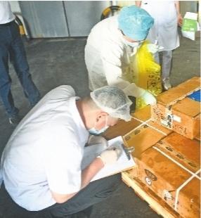 武汉市对冷链物流食品类推行检测全覆盖疾病预防工作员对冻库肉