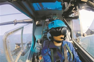 战鹰振翅水天间 第81团体军某陆航旅海上实兵实弹演习影像