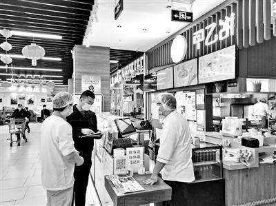 北京:市场监管人员检查餐饮单位疫情防控