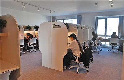 高校图书馆限流 学生走入北京共享自习室