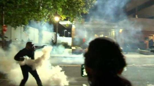 美警方使用橡皮子弹驱散波特兰示威民众