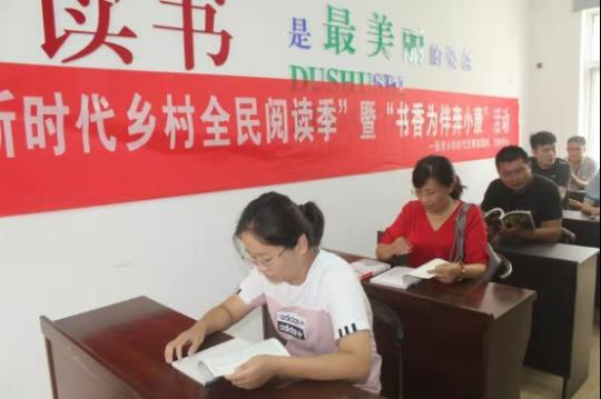 """农家屋里品书香 文化惠民""""阅""""小康"""