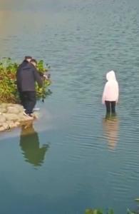 涉事警察停职接受调查 女孩轻生溺亡谁之责?