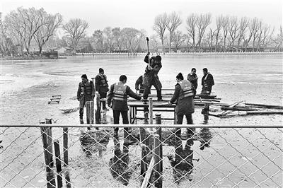 什刹海冰面拉起千米铁制围挡