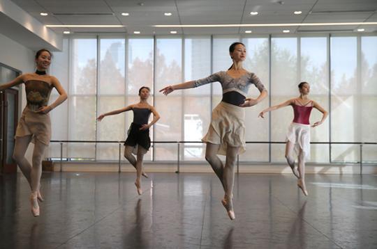 """""""口罩芭蕾""""舞者的2020:告别焦虑 回归舞台"""