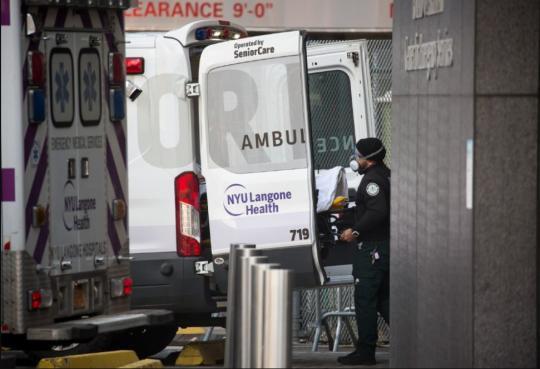 """疫苗瓶身""""受损""""就顺走?美国一医生被同事举报了……"""