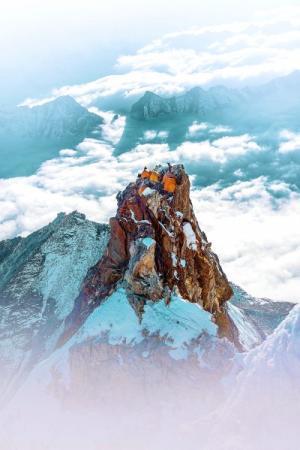 当攀登在雪山顶上遇见摄影时
