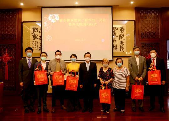 """中国驻菲律宾大使馆向菲律宾中国同胞分发""""春节大礼包"""""""