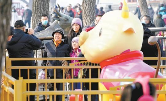 北京市属公园迎来客流小高峰 部分预约已满额