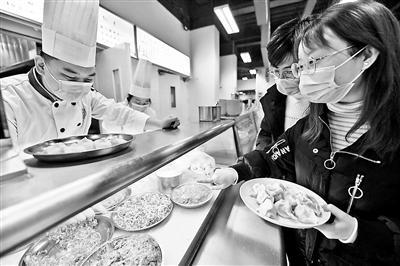 """别人家的食堂:人大推网红芝士水饺涨""""知识"""""""