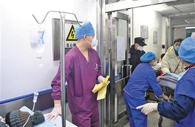 春节留守急诊科的护士