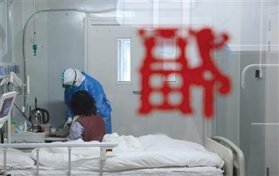新冠患者隔离病房中打电话拜年