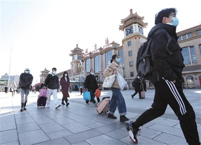 北京迎来返程小高峰 16条火车站夜班公交适时增发车次