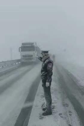 """折多山""""雪雕""""交警找到了 他是24岁的藏族帅小伙"""