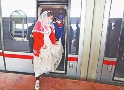 """新娘搭高铁会新郎 细心乘务员变""""临时娘家送亲队"""""""