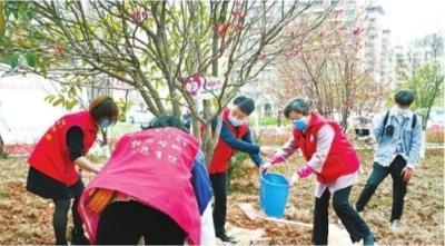 """45名新疆援鄂医疗队队员赴约回汉 为""""感恩林""""松土浇水"""