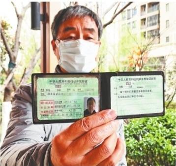 科目二科目三一把过! 武汉第一位报考驾照的70岁以上老人成功拿证