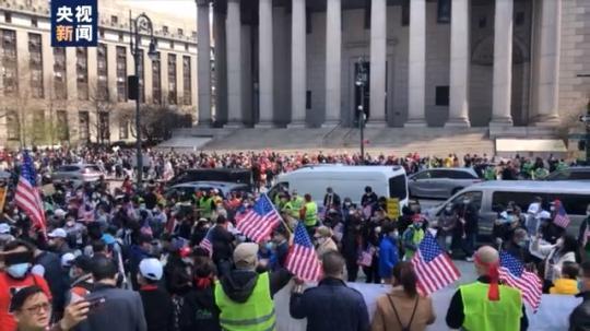 """""""不要把我们当透明!""""纽约上万人游行抗议针对亚裔歧视及暴力"""