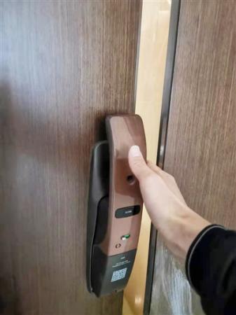 """小区安装高端电子密码锁 多人被""""咬手"""""""