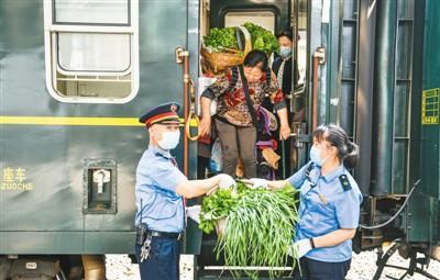 """乌蒙山区里的""""公交列车"""":你试过坐火车去买菜吗"""