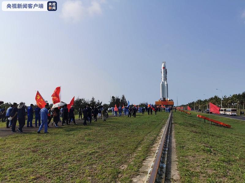 空间站天和核心舱器箭组合体转运至发射区